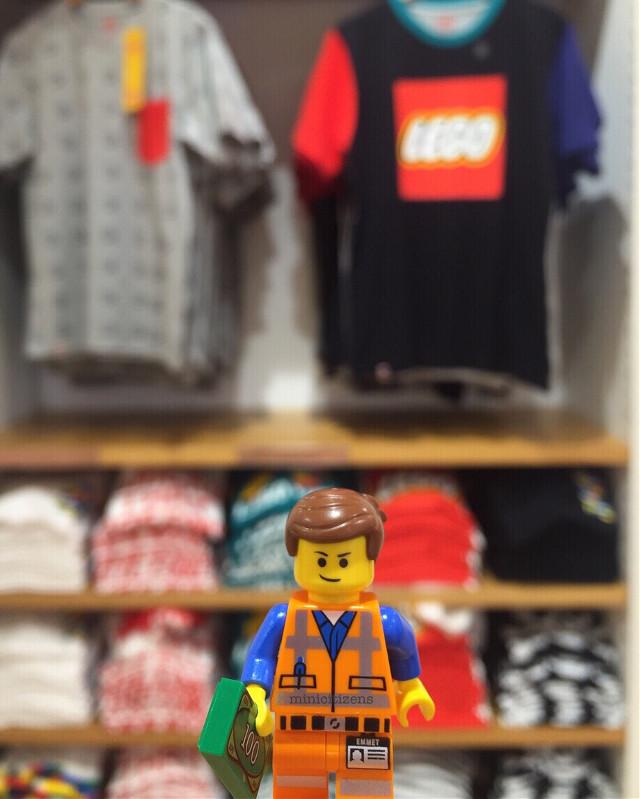 Emmet shopping for new clothes 👕 #lego #uniqlo #uniqloxlego #uniqlothailand #emmet #everythingisawesome #shoppingday #shoppingthailand #shoppingtime #saturdaymood #legoemmet #legominifigure #legolife #legophotography #legominifigures #legomovie #toypops2 #brickcentral #bricknetwork #vitruvianbrix #afol #toycommunity #toystory #toystagram #lego_hub #legophoto #toydiscovery #justanothertoygroup #minicitizens